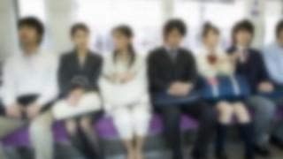 【悲報】ま~んさん「電車で隣のおじさんが頭肩に載せてくるので写真撮りました」