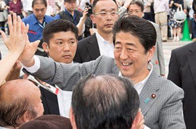 【危険心配】安倍総理 街頭演説で手をつねられる →画像