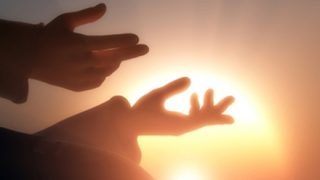 【画像】元『生き神様』12歳の少女が初登校