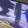【衝撃】クルマ洗浄機に巻き込まれる男性スタッフ →GIfと動画