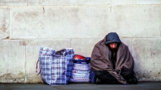【朗報】ホームレスさん 困ってた女性を助けてあげた結果 ⇒アメリカンドリーム