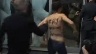 脱ぎたがる人たち<動画像>女性ら上半身裸で乱入抗議 ロマン・ポランスキー監督特集上映で