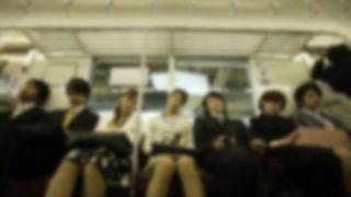 【朗報】電車内にノーブラのオッパイ美人 →画像