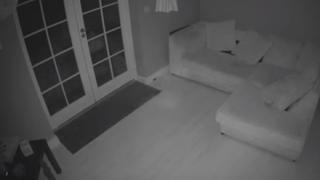カメラに映った家中を歩き回る幽霊が話題…イギリス