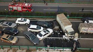 【Vサイン悲報】中国女記者「わーい、いっぱいヒト死んだ!ぶいっ!ぶいっ!」→画像