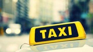 【鬼畜犯行の瞬間】タクシーで堂々と現金を盗む美人女性 車載カメラでモロバレ