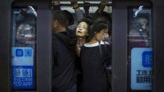 【衝撃マジキチ映像】中国式「満員電車で絶対に座席にすわる方法」に全世界が衝撃