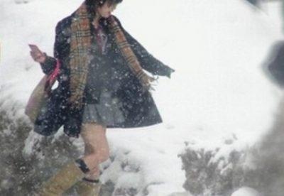 【気を付けて!】雪道でズッコケる女子高生たち 申し訳ないがカワイイw