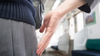 【顔出し告発】12歳から6年間毎日痴漢に遭い続けた日本人女性に 2ch「なにかがおかしい、、」