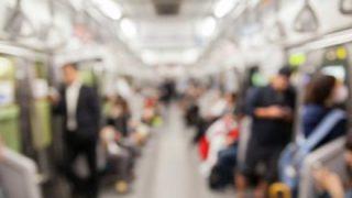 【悲報】陰キャカップルが電車内で熱愛っぷりを見せつけてくる・・・