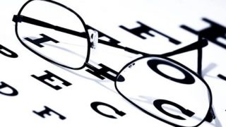 大人の『視力平均値』がヤバい スマホとかパソコンのやり過ぎだろ…