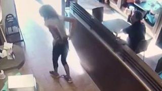 トイレを断られた女性が『怒りの排便抗議』で逮捕 → GIFと動画