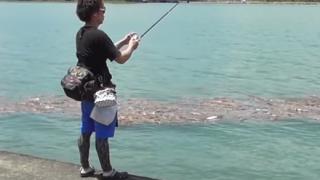 【ヤラセ疑惑炎上】釣り人YouTuber 撮影中に釣り竿を折られるトラブル →GIFと動画