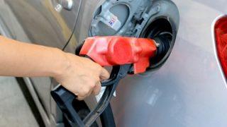【怖い…】ガススタで給油中ガソリン漏れしている様子の画像が話題 こんなん逃げるわ(´・ω・`)
