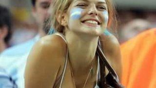 【画像】オッパイ見せてWカップを盛り上げてくれる美人サポーターたち