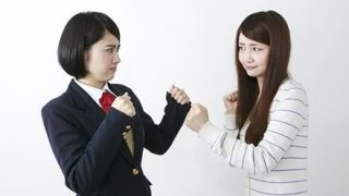 【恐怖の6分間】女子高生が取っ組み合いの喧嘩 駆けつけた母親がハンマーで大暴れ ⇒