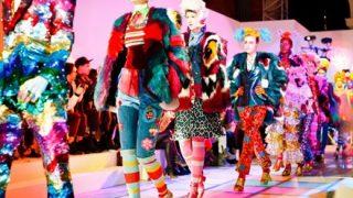 ファッションショーで授乳させながらランウェイを歩くモデルが話題に →動画像
