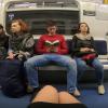 女子大生が電車で『股を開いて座っているバカ男』の股間に液体をかける運動を開始 →動画像