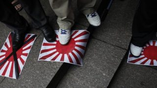 【ナニコレコワイ…】韓国兄さん 道の真ん中で『旭日旗使用反対キャンペーン』を行ってしまう…