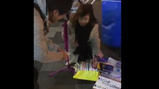 違法路上ライブを許さないマン、女性が販売してたCDを買い目の前で踏み潰す →動画