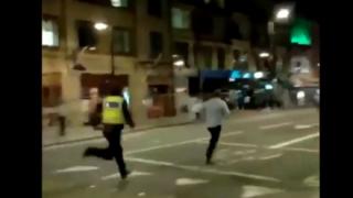 【悲報】外人さん、警察官を道路に叩きつけて逃走 →GIfと動画