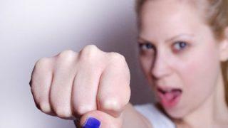 【動画像】イギリスのTVで女性学者が『全 裸 抗 議』する放送事故