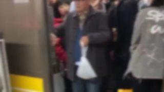 【マジキチ老害】電車のドアが閉まるのを妨害してるジジイがヤバイwww