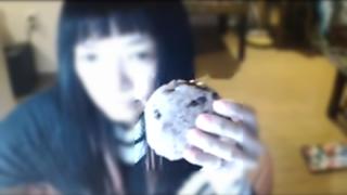 【閲覧注意】女性YouTuber 赤飯を喉に詰まらせ死亡する生放送事故