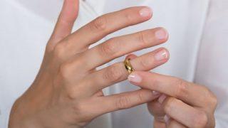 【裏ワザ】指輪が抜けなくなった時の『対処法』が賢いと話題に
