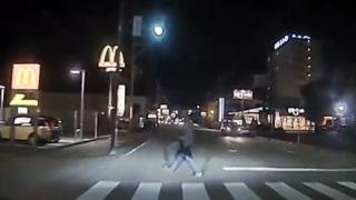【私悪いでしょうか…】信号無視の歩行者が轢かれそうになり逆ギレ →動画