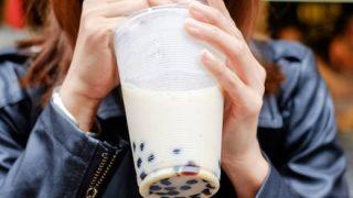 【やってみた】乳自慢の女性、流行りの『手放しタピオカ』を披露 →動画像