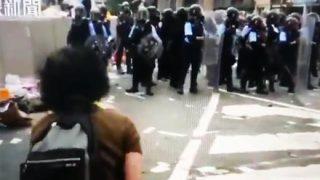 【炎上】香港で感動演説したオバちゃん  至近距離から顔面を撃たれる衝撃映像「世界中から警察に怒り」