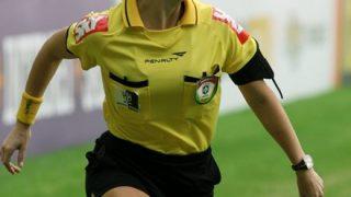 【サッカー】選手をからかう美人審判が話題 →GIFと動画