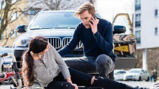【笑劇】コント『当たり屋』中国女性が雑演技で交通事故の被害を主張 監視カメラで嘘がバレる