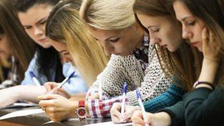 【画像】ロシアの大学で一番後ろに座ったらおしり見放題だったwwwwww