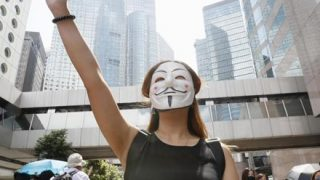【画像】香港女性『マスク禁止法』に対抗する必殺技を考案