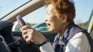 【危機一髪】60代女性、車をぶつけられ命懸けの神回避 →GIFと動画