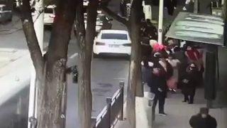 【動画アリ】路上に巨大な陥没穴が出現、バスや歩行者が飲み込まれ6人死亡10人が行方不明 中国