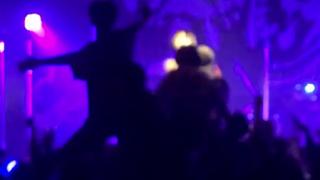 【動画像】地下アイドル(はぁ…なんで私こんな格好で歌わされてるんだろ…)