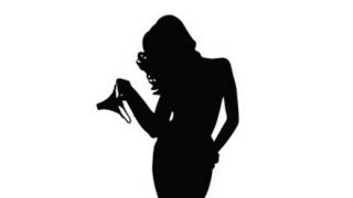 【画像】マンさん、背中丸出しのドレスを着てしまう