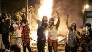 ◆暴徒注意◆店を守る白人店主が黒人達にリンチされる衝撃映像