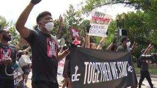【衝撃映像】黒人ま~んさんら、パトカーを襲撃