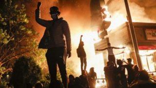 ◆悲報◆アメリカのデモ隊の痴女、警官の股間にケツを擦り付ける →