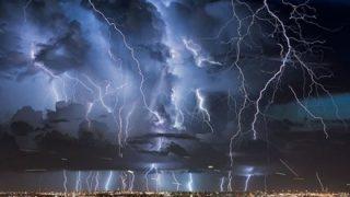 ◆雷雨を撮影◆してた女性のスマホに雷がスマッシュヒット →
