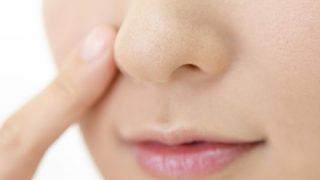 【衝撃映像】生放送でいきなり『人工鼻』を取り外した女性 →