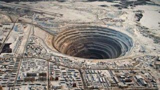 【疑問】地球に貫通してる穴があったとして、飛び降りたらどうなるんや?