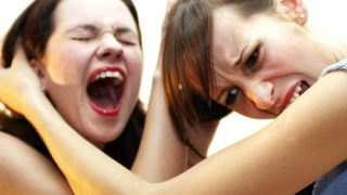 【朗報】女同士の喧嘩を止めるフリしてオッパイを揉みまくる男wwwwwww
