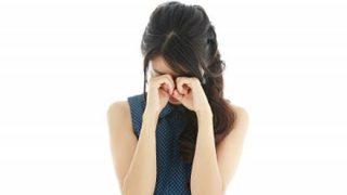 バス停で泣く女性が見知らぬ男性から渡されたメモ