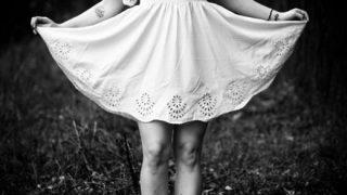 【画像】オマタからパンチラしちゃってる女の子