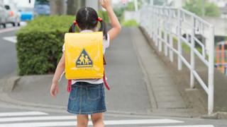 【動画】日本人さん、小学生に横断歩道を渡らせない・・・
